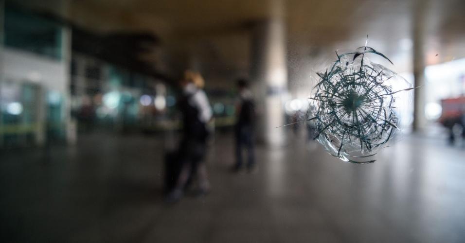 29.jun.2016 - Marca de bala em janela do aeroporto internacional Ataturk, em Istambul, no dia seguinte aos ataques de homens-bomba que deixaram mais de 40 mortos