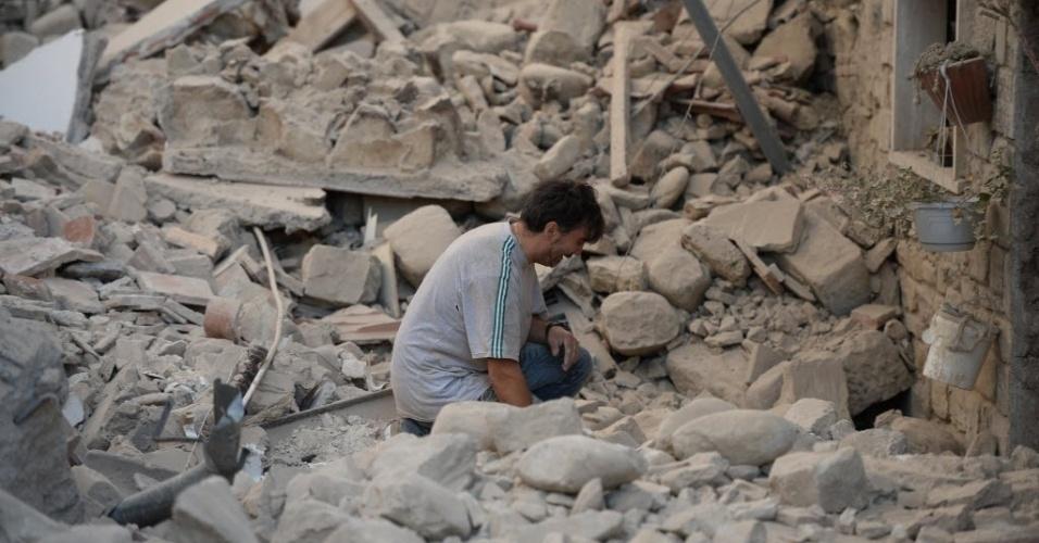 24.ago.2016 - Homem lamenta a destruição de sua casa por conta do terremoto em Amatrice