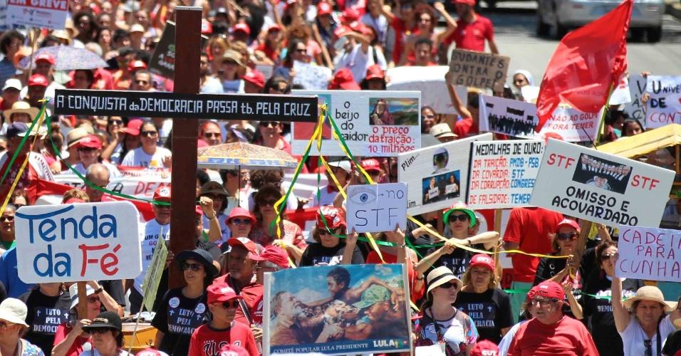 7.set.2016 - Manifestantes pedem a saída do presidente Michel Temer em protesto do Grito dos Excluídos na área central do Recife (PE)