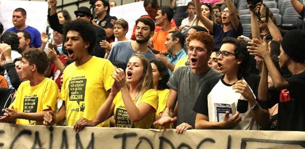 """Integrantes do movimento """"Troque Todos"""", que defende a troca de todos os vereadores da Ribeirão Preto(SP), fizeram protesto durante a sessão da Câmara Municipal sobre pedido de cassação dos políticos envolvidos na Operação Sevandija"""