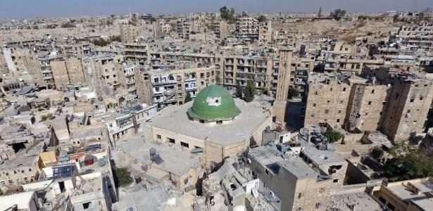 13.out.2016 - Vista geral da área antiga de Aleppo mostra mesquita e estragos na região