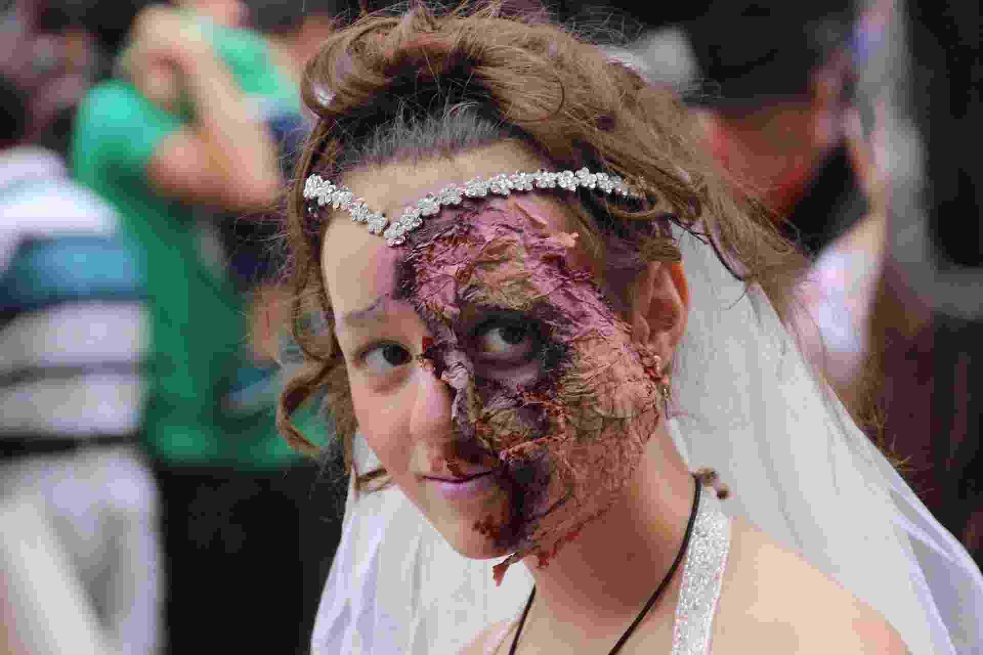 26.fev.2017 - Em meio aos festejos mais tradicionais do Carnaval, acontece neste domingo (26) mais uma edição da Zombie Walk, em Curitiba (PR). Mortos-vivos invadiram o centro da cidade e seguiram em desfile pelas ruas da região. Neste ano, o evento sofreu interferência da Prefeitura e chegou a ser cancelado por alguns dias devido a falta de autorização para ser realizado. O evento acontece no Carnaval desde 2009, segundo os organizadores - Jhansen Machado/Futura Press/Estadão Conteúdo