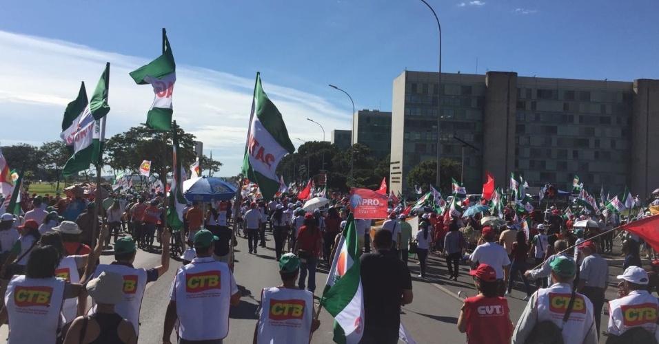 15.mar.2017 - Em Brasília, passeata contra as reformas trabalhista e da Previdência saiu da Catedral da cidade em direção ao Ministério da Fazenda, que teve o prédio ocupado