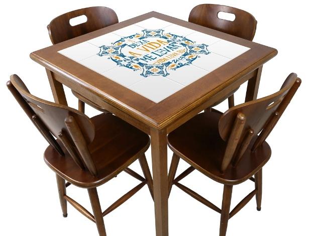 """A mesa quadrada (foto), da coleção Zeca Pagodinho, foi criada pela fábrica Empório Tambo; a peça leva o título da música """"Deixa a Vida Me Levar"""""""