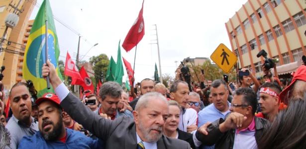 10.mai.2017 - Lula chegou à sede da Justiça Federal em Curitiba cercado de apoiadores