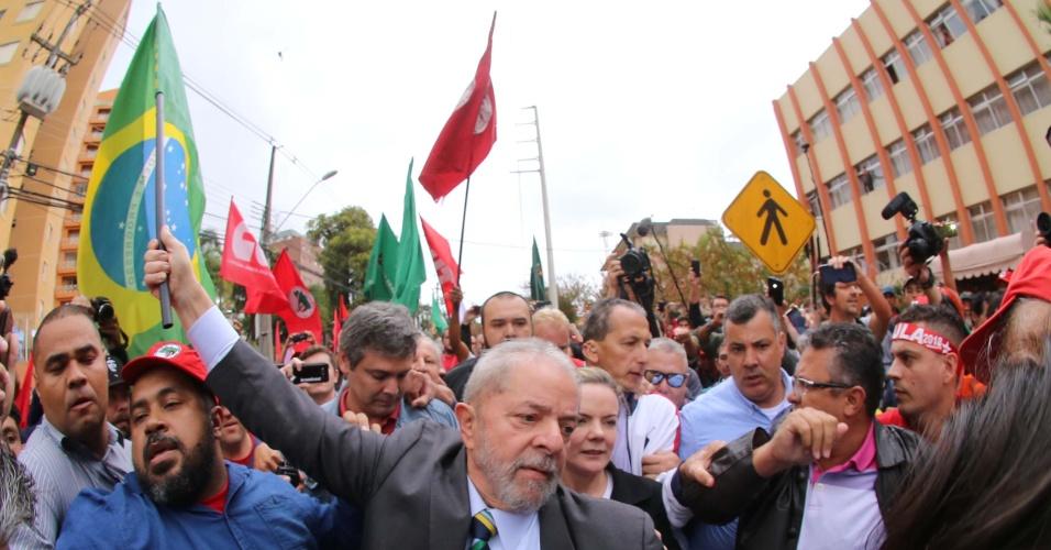 10.mai.2017 - O ex-presidente Luiz Inácio Lula da Silva participa de caminha em direção à sede da Justiça Federal em Curitiba, onde prestará depoimento ao juiz Sérgio Moro