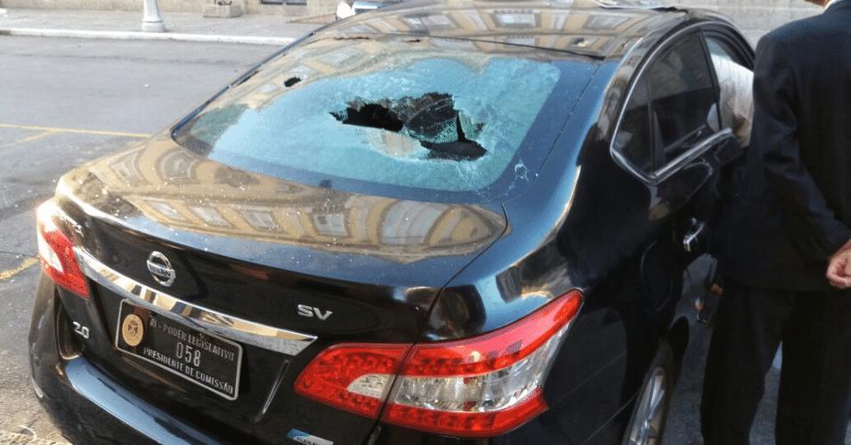 24.mai.2017 - Ao menos um carro oficial da Alerj (Assembleia Legislativa do Rio de Janeiro) teve os vidros quebrados durante os confrontos entre PMs e manifestantes após a aprovação do aumento da contribuição dos servidores penitenciários