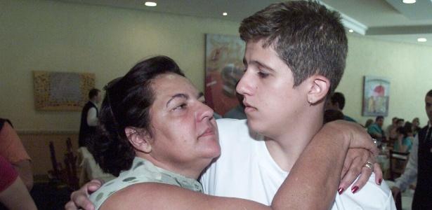 Foto de 2002, mostra Pedrinho recebendo abraço de sua mãe adotiva Vilma