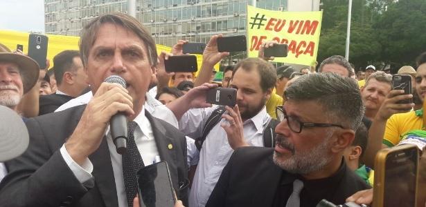 04.abr.2018 - Jair Bolsonaro e Alexandre Frota em protesto contra Lula, em Brasília - Leandro Prazeres/UOL