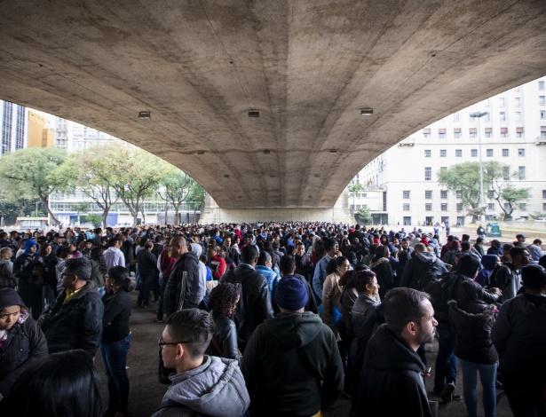 Pessoas em busca de uma vaga de emprego formam filas nas proximidades do Sindicato dos Comerciários de São Paulo, no Vale do Anhangabaú, na região central de SP.  - Marcelo Justo/UOL