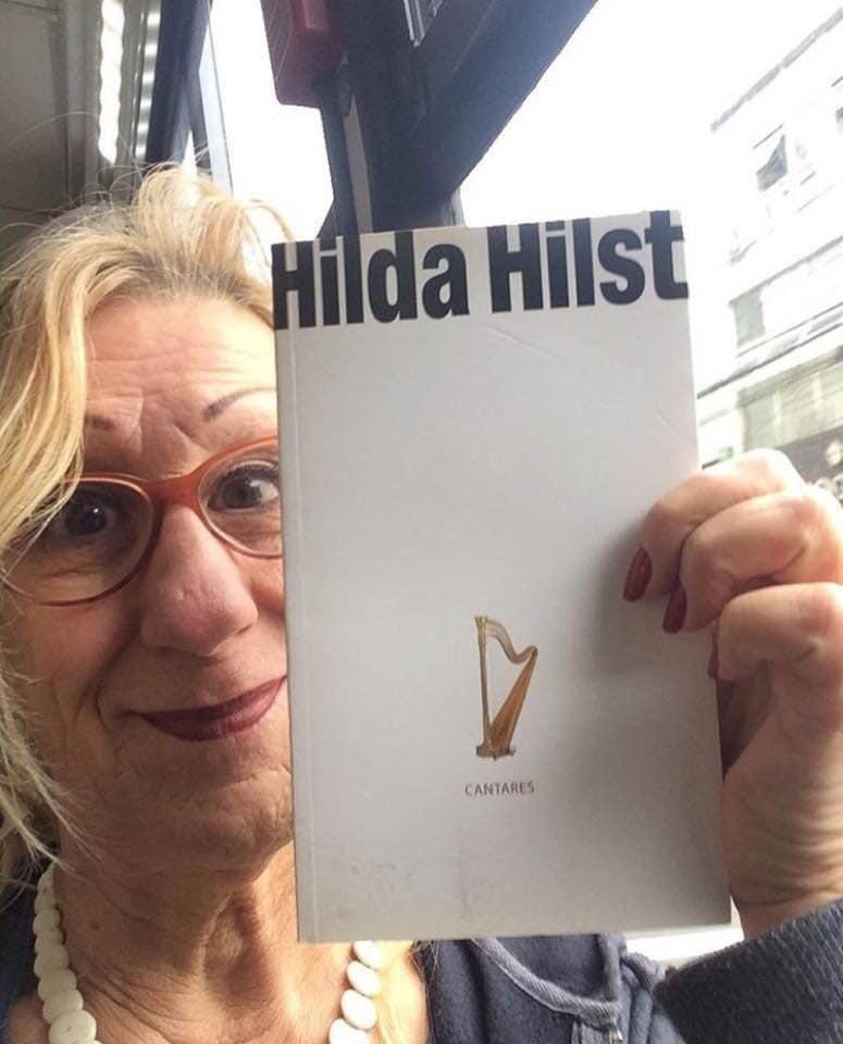 28.out.2018 - A cartunista Laerte Coutinho vota com um livro da autora Hilda Hilst