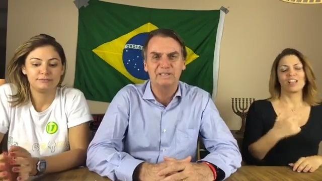 """O presidente eleito do Brasil, Jair Bolsonaro (PSL), informou em transmissão ao vivo pelas redes sociais que recebeu a ligação do presidente dos Estados Unidos, Donald Trump. """"Acabei de receber ligações de alguns líderes, entre eles o presidente dos Estados Unidos acabou de nos ligar, nos desejou boa sorte"""""""
