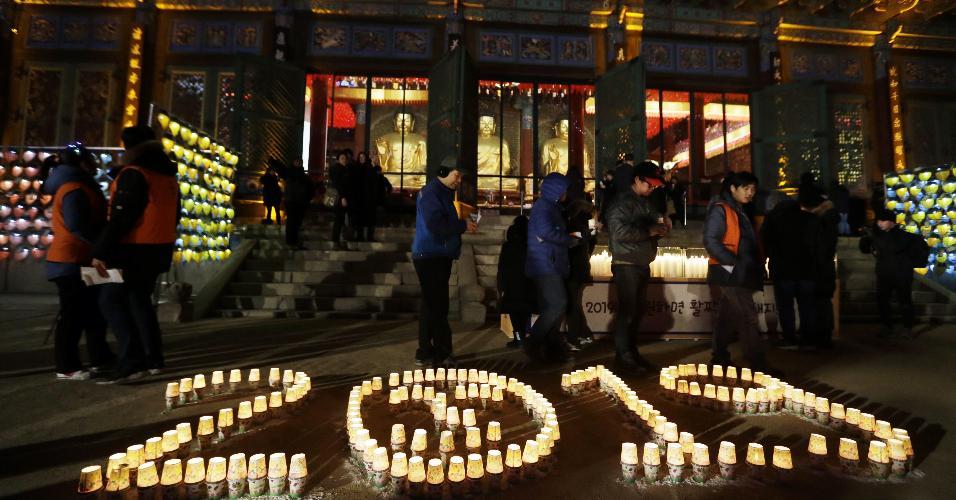 Budistas acendem velas em comemoração ao Ano-Novo no templo budista de Jogyesa, em Seul, na Coreia do Sul