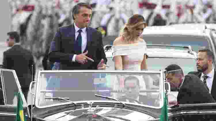 O presidente Jair Bolsonaro faz um sinal de arma com as mãos, que ele usou durante a campanha, ao desfilar em carro aberto durante a posse, em Brasília - Andressa Anholete/FramePhoto/Estadão Conteúdo - Andressa Anholete/FramePhoto/Estadão Conteúdo