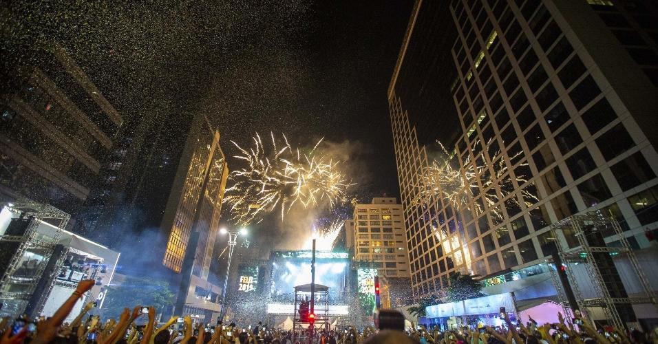 Publico se reune na Avenida Paulista para festa de Reveillon da cidade de Sao Paulo, com atracoes musicais e a primeira queima de fogos silenciosa da historia