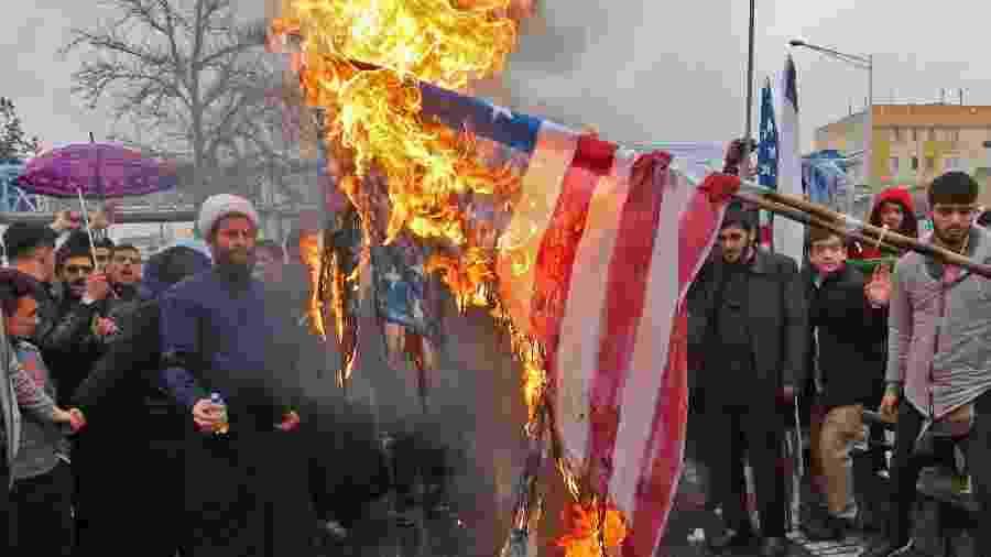 11.fev.2019 - Iranianos ateiam fogo em bandeira dos Estados Unidos durante comemoração dos 40 anos da Revolução islâmica - Atta Kenare/AFP