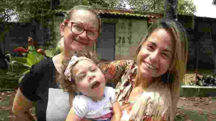 Ana com a filha e a neta; todos os membros da família já pegaram pelo menos uma das doenças transmitidas pelo aedes aegypti: zika, dengue e chikungunya - BBC News Brasil - BBC News Brasil