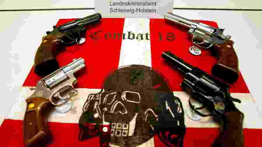 (foto de arquivo) Armas de fogo e material de propaganda neonazista confiscados na cidade de Kiel, na Alemanha, pertencentes a integrantes do grupo de extrema-direita Combat 18 - Christian Charisius/Reuters