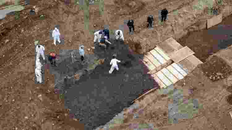 Em Nova York, muitas das vítimas do coronavírus passaram a ser enterradas em valas comuns - Reuters - Reuters
