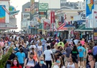 Covid-19: EUA têm praias cheias no fim de semana; mortos passam de 97 mil