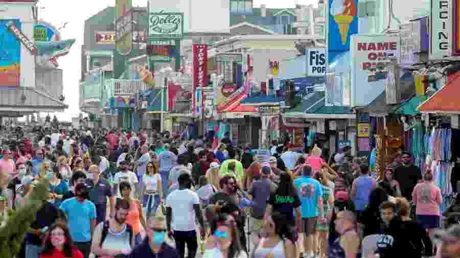 23.mai.2020 - Com relaxamento das restrições por coronavírus, visitantes lotam o calçadão no fim de semana do Memorial Day em Ocean City, Maryland, nos Estados Unidos - /Kevin Lamarque/Reuters