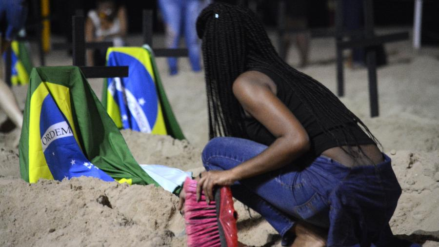 11.jun.2020 - Manifestação em Copacabana - JORGE HELY/FRAMEPHOTO/ESTADÃO CONTEÚDO