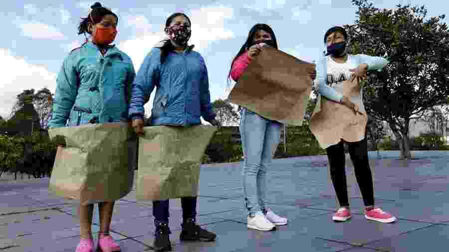 27.jun.2020 - Mulheres indígenas embera-chamí protestam em Bogotá após estupro cometido por sete militares do Exército contra uma menina de 12 anos de sua comunidade  - Mauricio Dueñas Castañeda/EFE