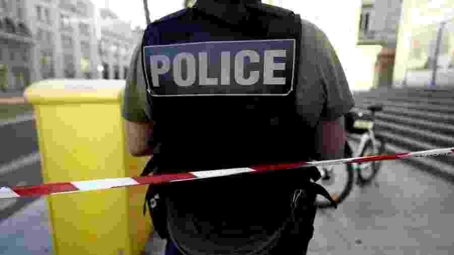 Policial vigia isolamento em torno de banco onde reféns são mantidos por homem armado em Le Havre, na França - Sameer Al-Doumy