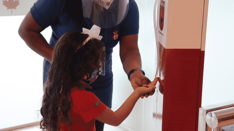Aluna faz a higienização das mãos com álcool em gel em unidade da Maple Bear em São Luís (MA), onde as escolas particulares já estão abertas - Divulgação/Maple Bear - Divulgação/Maple Bear