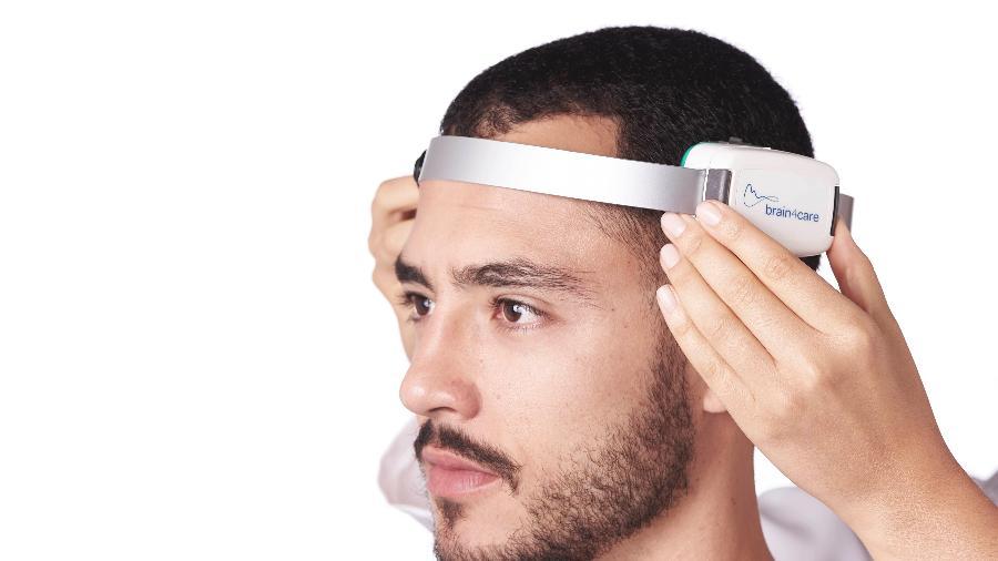 Sensor é encostado na cabeça do paciente, capta informações e as transmite via Bluetooth  - Divulgação