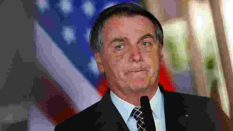 Jair Bolsonaro, com a bandeira dos Estados Unidos ao fundo, durante evento no Itamaraty para assinatura de memorando de entendimento com EximBank - Por Lisandra Paraguassu e Ana Mano