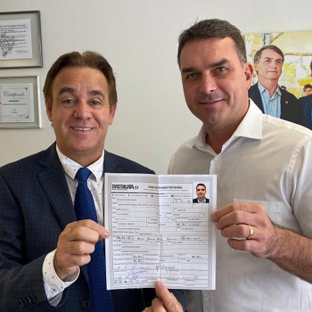 Flavio Bolsonaro (dir) anuncia filiação ao Patriota; movimento abre caminho para o pai se filiar ao partido - Reprodução/Twitter