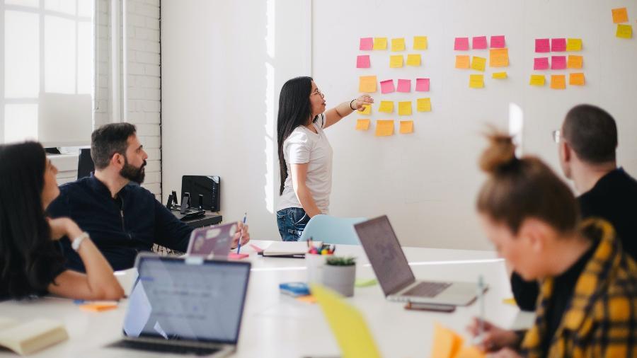 Semanas com quatro dias, sextas-feiras com expediente reduzido e folgas gerais em datas determinadas são estratégias das empresas para flexibilizar a rotina dos colaboradores. - Leon/Unsplash