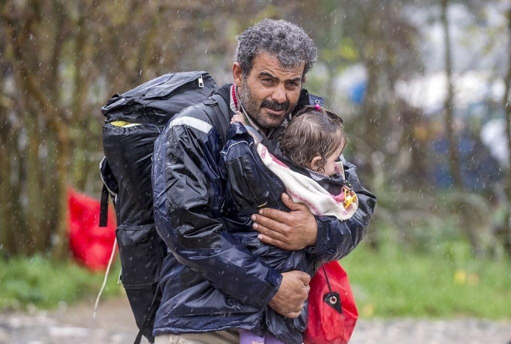 27.nov.2015 - Refugiados enfrentam a chuva na fronteira da Grécia com a Macedônia, que decidiu na semana passada limitar a passagem da fronteira para as pessoas que fogem das zonas de conflito