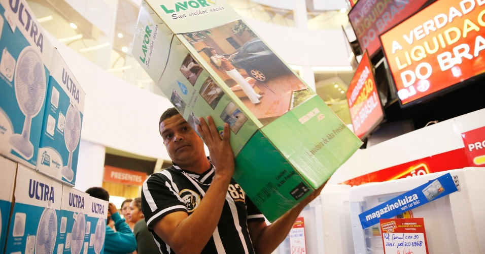 Clientes fazem compras na liquidação do Magazine Luiza, na marginal Tietê, em São Paulo