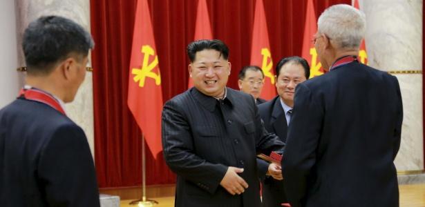 14.jan.2016 - O líder norte-coreano, Kim Jong-un, participa de cerimônia para congratular cientistas nucleares, soldadores, técnicos e vários funcionários pelo último teste nuclear do país, em Pyongyang