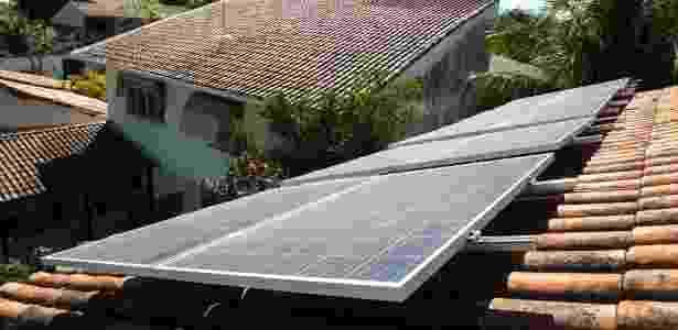 Painel solar instalado na casa de uma professora de enfermeira, que reduziu conta de luz de R$ 400 para R$ 80 ao mês - Ricardo Borges/Folhapress