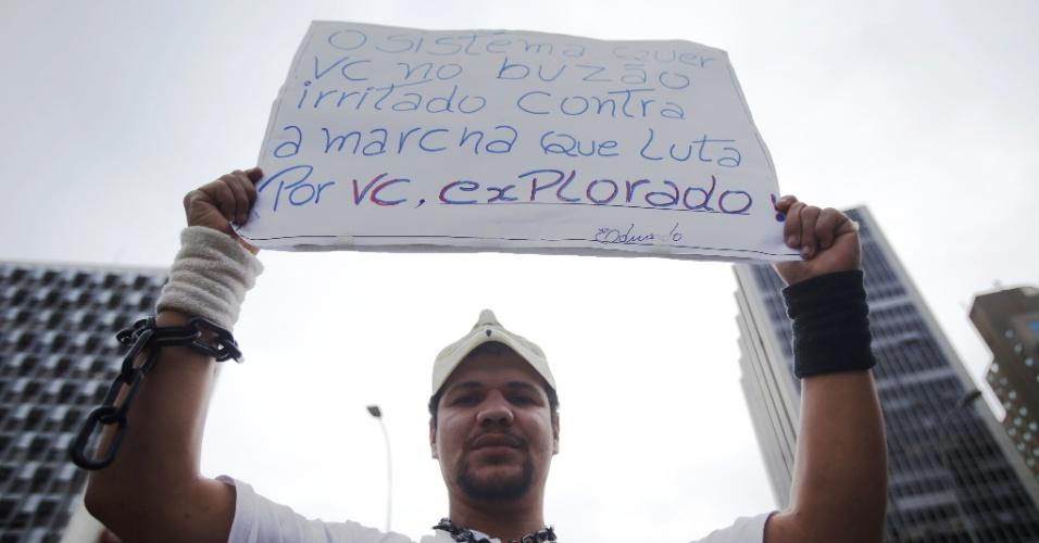 19.jan.2016 - Júlio César Mendes Veloso é um dos manifestantes que protesta contra o aumento das tarifas do transporte público em São Paulo. O homem é eletricista desempregado, tem 32 anos e é morador da zona leste
