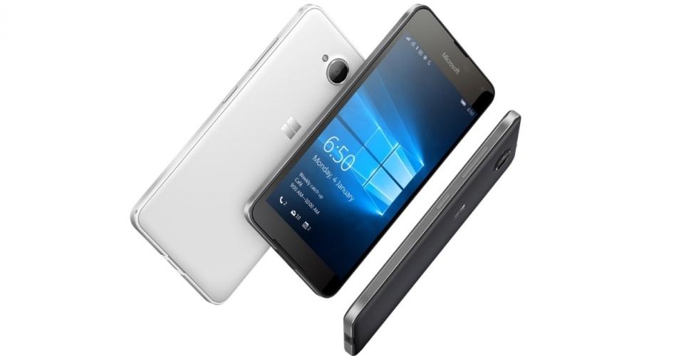 15.fev.2016 - A Microsoft lançou o Lumia 650, um smartphone que traz especificações medianas, voltado para empresas --já que conta com a Cortana, roda Office e permite sincronizar documentos com o OneDrive-- mas não tem o maior diferencial de produtividade do Windows 10 Mobile --o Continuum, que permite conectar o smartphone a um monitor, teclado e mouse para fazê-lo rodar em modo PC. O destaque do aparelho está no design: tem uma estrutura de alumínio anodizado cortada por diamante, que deve oferecer uma sensação mais premium do que o policarbonato encontrado no Lumia 950