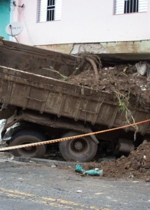 23.fev.2016 - Um caminhão carregado com terra bateu em uma Kombi e invadiu uma casa em Sapopemba, na zona leste de São Paulo