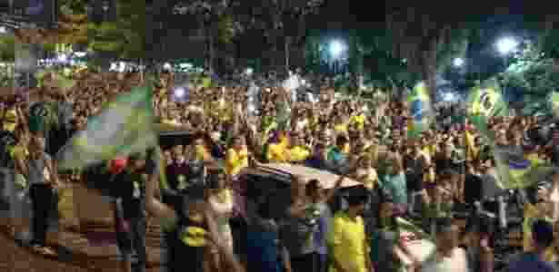 16.mar.2016 - Manifestantes protestam contra a presidente Dilma e o ex-presidente Lula, em Porto Alegre (RS) - Giovana/Via WhastApp - Giovana/Via WhastApp