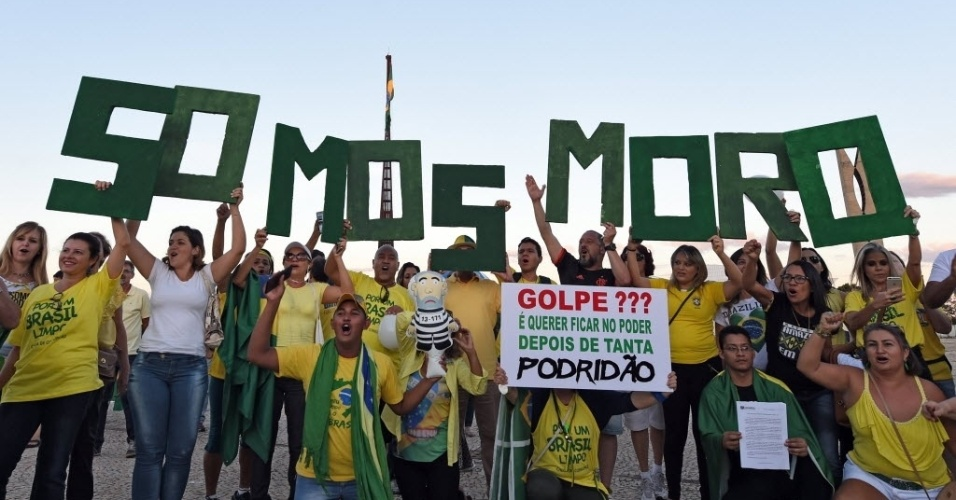 21.mar.2016 - Manifestantes levantam cartazes de apoio ao juiz Sérgio Moro, durante manifestação que reuniu cerca de 2000 pessoas em Brasília (DF), segundo levantamento da PM