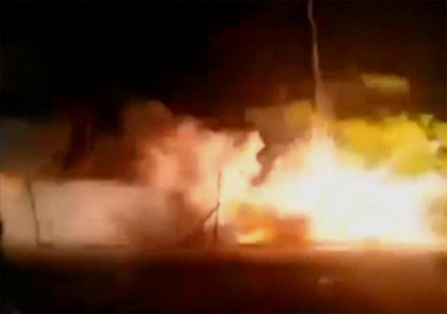 10.abr.2016 - Imagens tiradas de vídeos no YouTube mostram a explosão de material pirotécnico, que causou um incêndio em um templo hindu de Kollam, no sul da Índia
