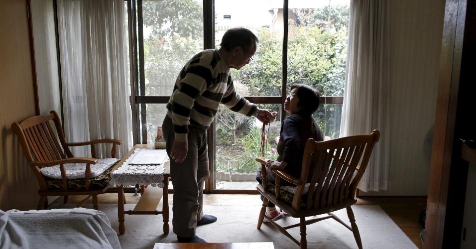 18.abr.2016 - Kanemasa Ito, 72, conversa com a mulher, Kimiko, 68, que há 11 anos foi diagnosticada com demência há 11 anos. Ito teve que fechar as duas lojas de conveniência que administrava com Kimiko quando soube que a mulher estava doente