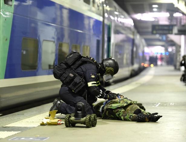20.abr.2016 - Integrante da tropa de elite da polícia francesa simula a desativação de uma bomba, durante um treinamento anti-terrorismo em uma estação do metrô de Paris