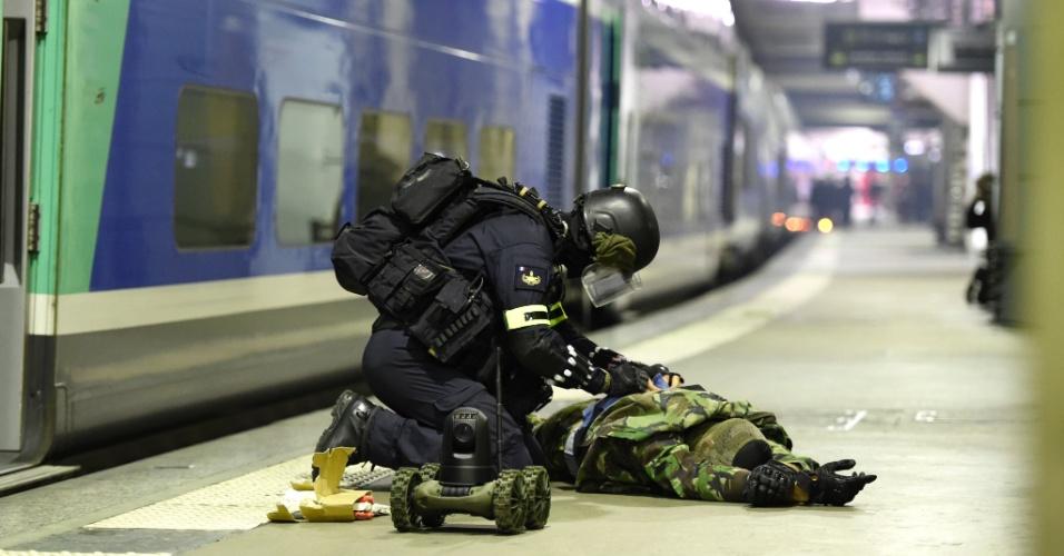 20.abr.2016 - Membro do Grupo de Intervenção (tropa de elite da polícia francesa) simula a desativação de bomba em treinamento anti-terrorismo em estação do metrô de Paris