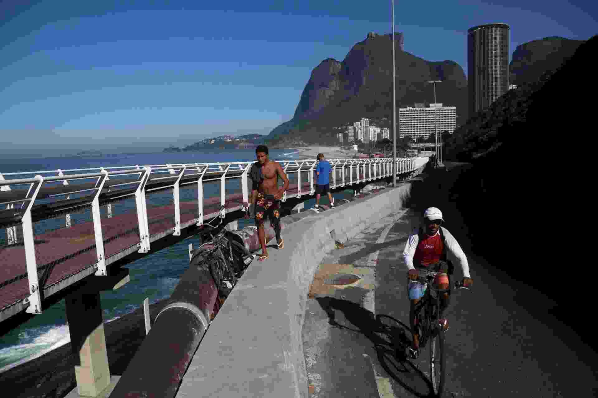 Com ciclovia interditada, ciclistas e pedestres se arriscam na av. Niemeyer - Custódio Coimbra/Agência O Globo