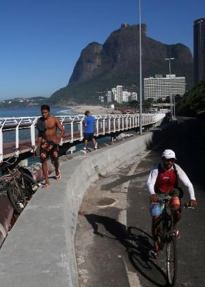 Com ciclovia interditada, ciclistas e pedestres se arriscam na av. Niemeyer