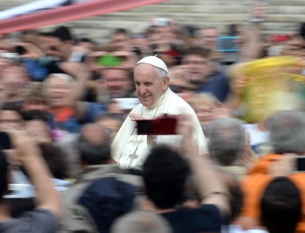 11.mai.2016 - Papa Francisco saúda a multidão na praça São Pedro (Vaticano)