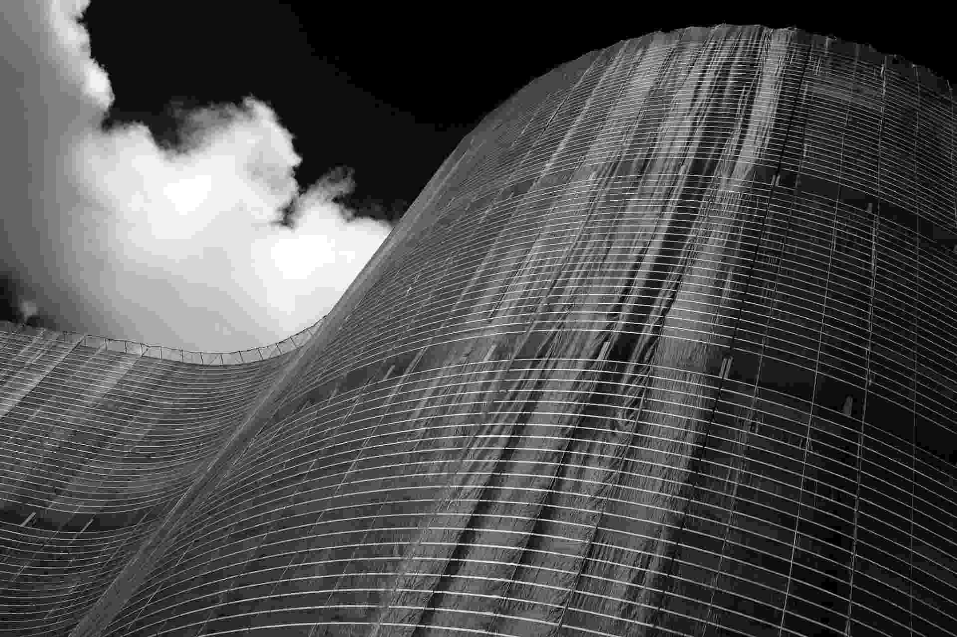 24.mai.2016 - No endereço, está o suntuoso edifício Copan, projetado para ser símbolo do crescimento da capital paulista e da sua transformação em uma grande metrópole. Cinco séculos depois da sua inauguração, a fachada do Copan está sendo restaurada, com a substituição das pastilhas, que deve ter duração de três anos - Flavio Florido/UOL